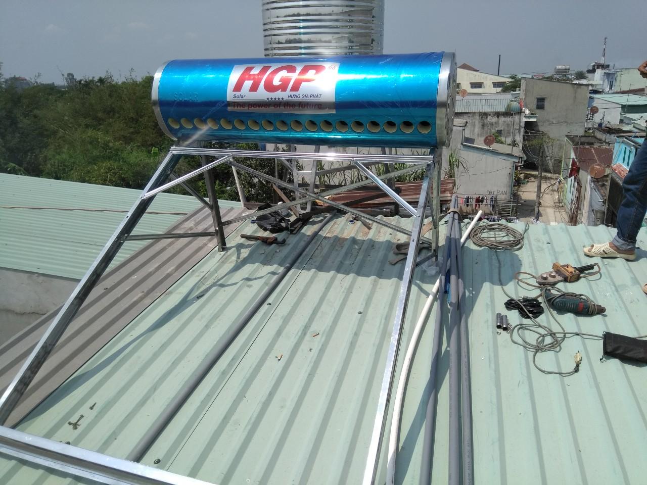 Lắp ống thủy tinh vào bồn năng lượng